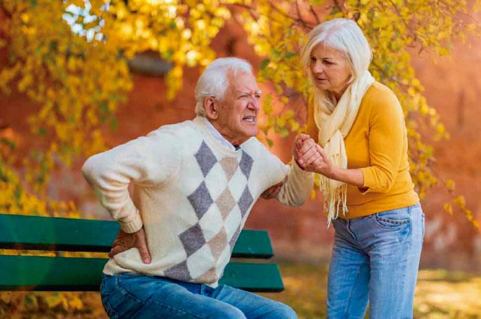 Hombre adulto mayor con dificultad para levantarse
