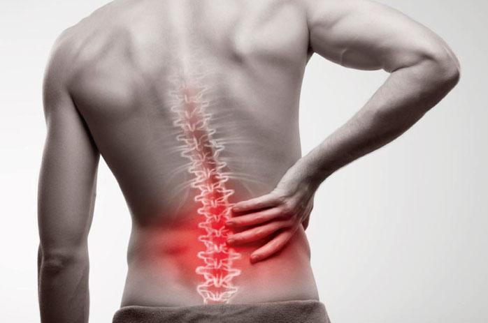 Hombre con dolor lumbar, uno de los más frecuentes que puede convertirse en dolor crónico